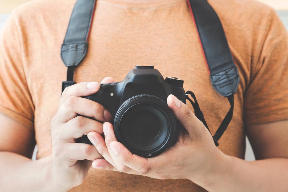Photographe amateur qui fait un selfie devant un miroir